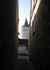 Depuis une ruelle, vue sur la tour du Château
