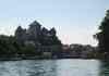 Vue depuis le lac sur le chaateauet le vieux Annecy