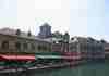 Sur le quai, vue sur le château