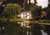 Dans la marais poitevin, une joli maison au bord de l'eau....