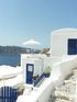 Une maison bleue et blanche